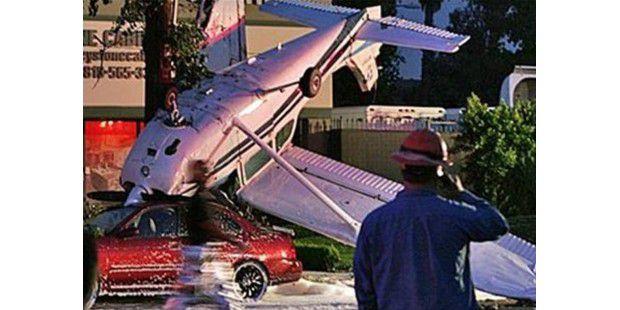 Ein kleines Flugzeug schoss über die Landebahn des Flughafens in eine Wohnsiedlung