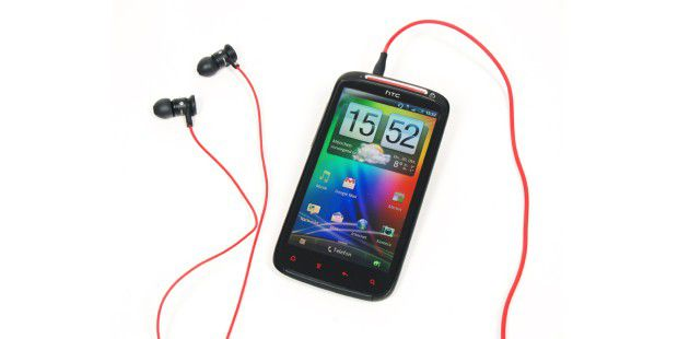 HTC Sensation XE mit passender Beats Audio Software und In-Ear-Headset.
