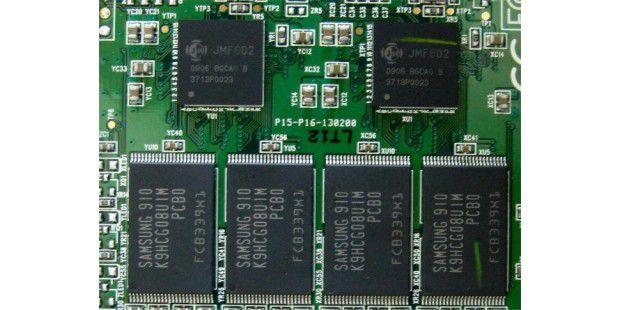Dual-Controller Jmicron 602 (oben) der Patriot Warp V3 128 GB PE128GS25SSDR3