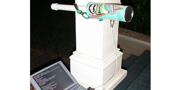 Skurril: Aus einer Pringles-Dose oder einem Klobürstenhalter lässt sich eine preiswerte Richtfunkantenne basteln. Bild: Rob Flickenger