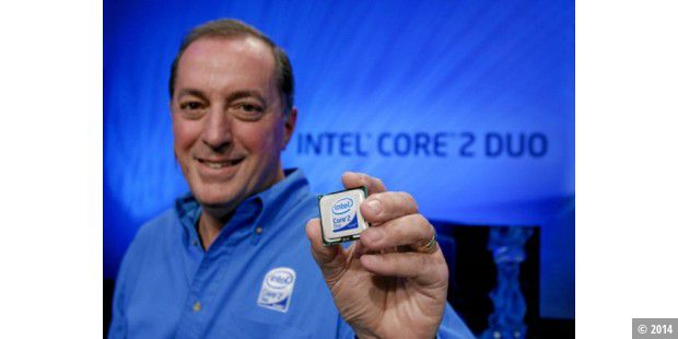 "Der ""Core 2 Duo"" in der Linken von Intel-Chef Paul Otellini."