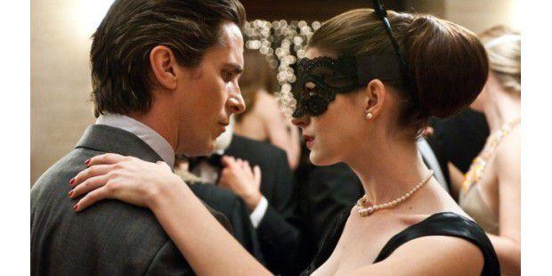 <b>The Dark Knight Rises</b><br>Anne Hathaway liefert sich als Selina Kyle immer wieder Wortduelle mit Bruce Wayne.