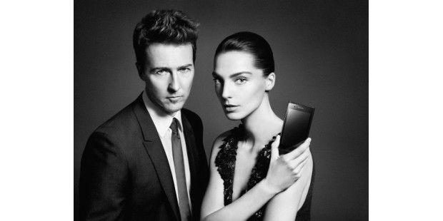 Schauspieler Edward Norton und Supermodel Daria Werbowymit dem Prada Phone by LG 3.0
