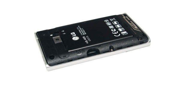 LG Optimus L3 mit Micro-SD-Slot unter derAbdeckung.