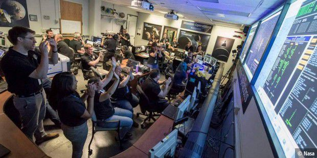"Jubel brach im Nasa-Kontrollzentrum ""Mission Operations Center (MOC)"" an der Johns Hopkins University Applied Physics Laboratory (APL) in Laurel, Maryland, aus, als feststand, dass New Horizons den Vorbeiflug an Pluto überstanden hat."
