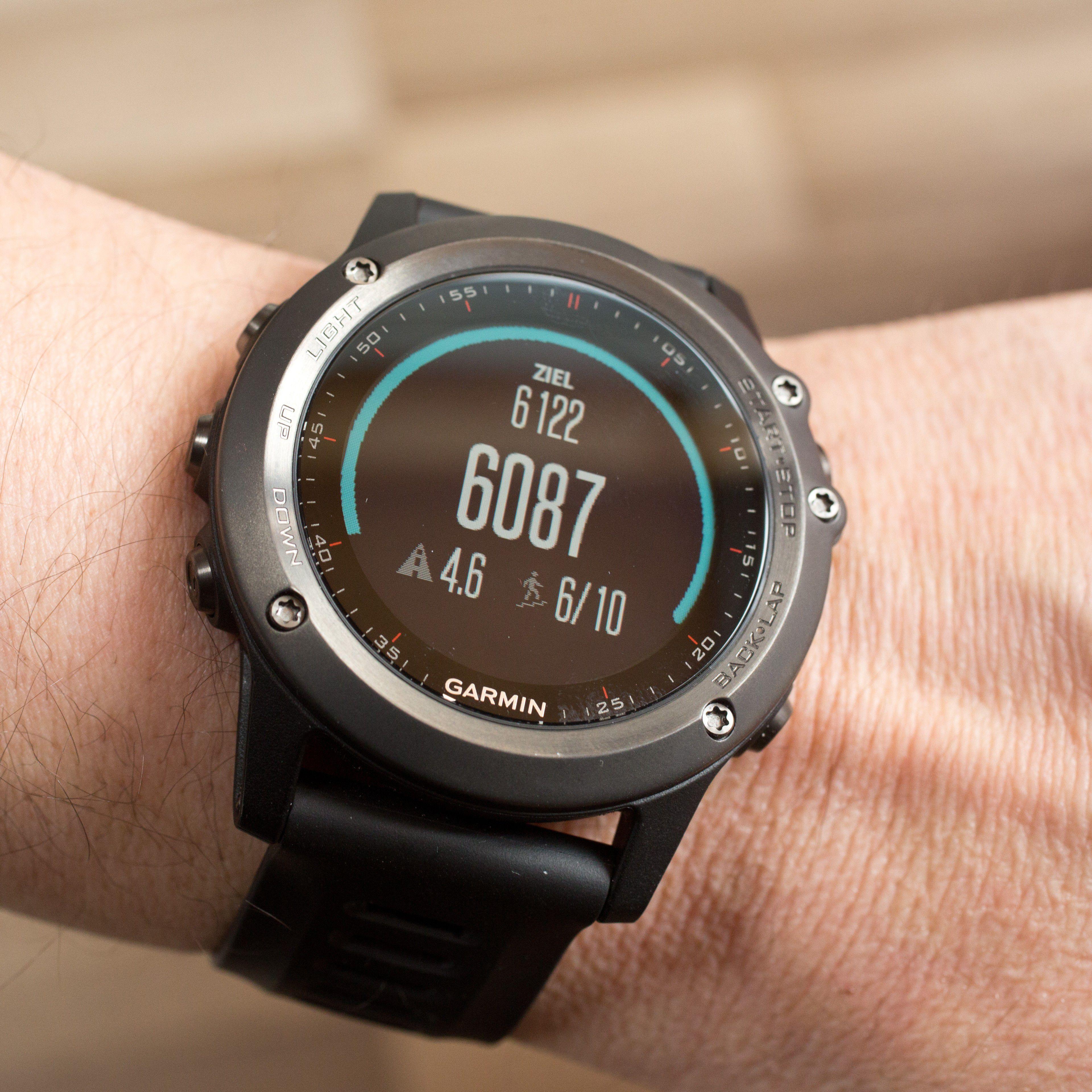 smartwatch und fitness tracker von garmin im test pc welt. Black Bedroom Furniture Sets. Home Design Ideas