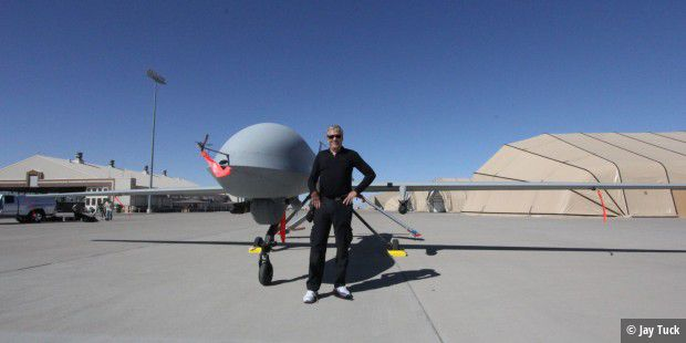 Jay Tuck mit Killer-Drohne, Holloman Air Force Base, USA