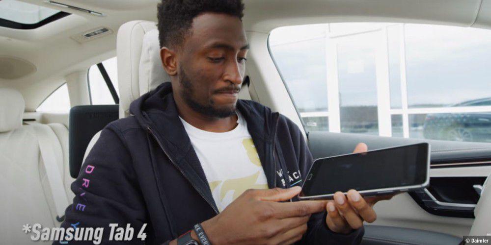 EQS-Luxus-E-Auto-mit-uraltem-Tablet-der-Grund